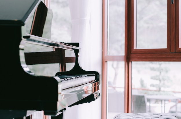 Pianoforte con sfocatura dello sfondo della finestra