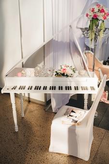 Pianoforte decorativo con fiori in decorazioni per matrimoni o mostre