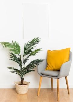 Pianta decorativa con cornice vuota e sedia