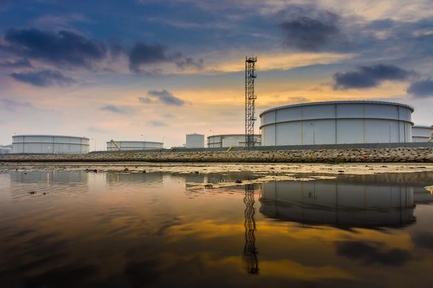 Pianta industrail della raffineria del petrolio e del gas nel tempo di tramonto