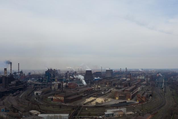 Pianta inquinante sparata dall'alto con un drone