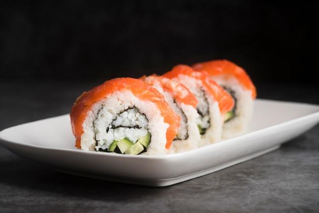 Piastra ad alto angolo con sushi
