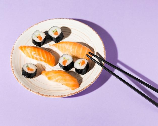 Piastra con deliziosa varietà di sushi