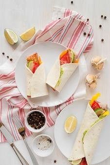 Piastra con deliziosi kebab avvolge sul tavolo