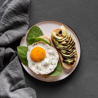 Piastra con gustoso uovo fritto