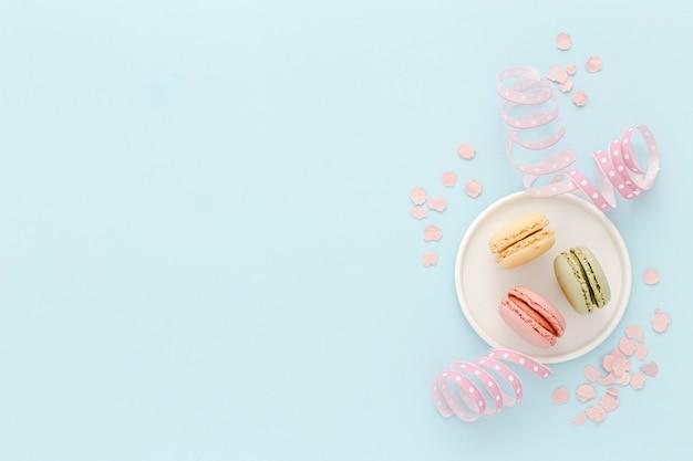 Piastra con macarons sul tavolo