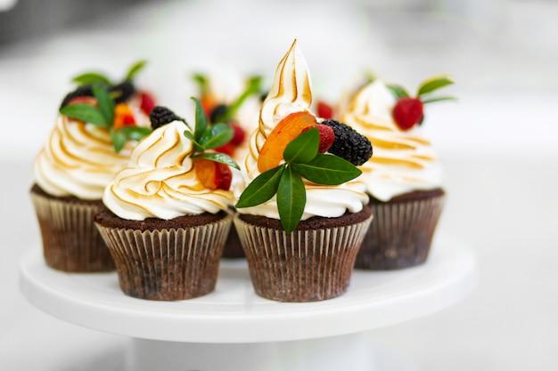 Piastra con muffin dolci appena sfornati