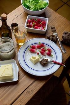 Piastra con ravanello e burro su un tavolo