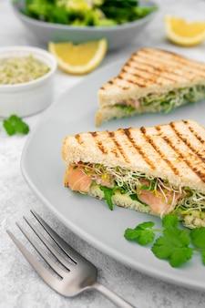Piastra con sandwich triangolari e forchetta