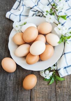 Piastra con uova di gallina