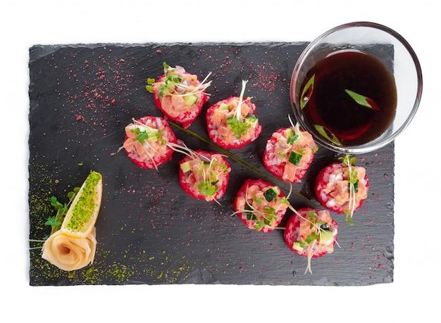 Piastra rettangolare nera con sushi