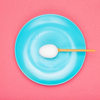 Piastra vista dall'alto con cucchiaio tenendo l'uovo