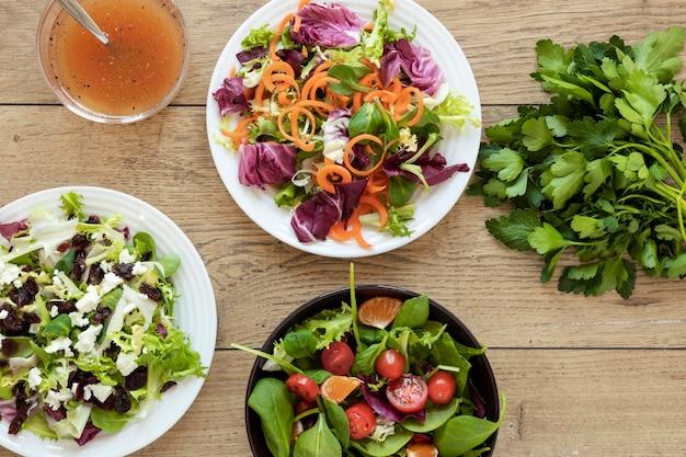 Piastra vista dall'alto con insalata sul tavolo