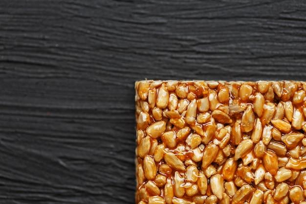 Piastrella kozinaki da semi di girasole. deliziosi dolci orientali gozinaki da semi di girasole, semi di sesamo e arachidi, ricoperti di miele con una glassa lucida