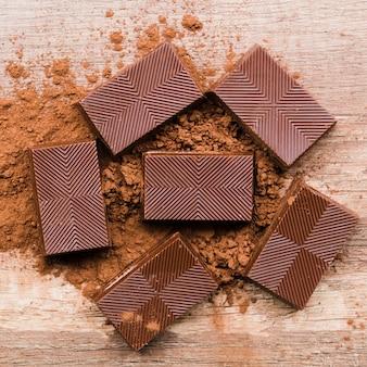 Piastrelle di cioccolato e polvere di cacao