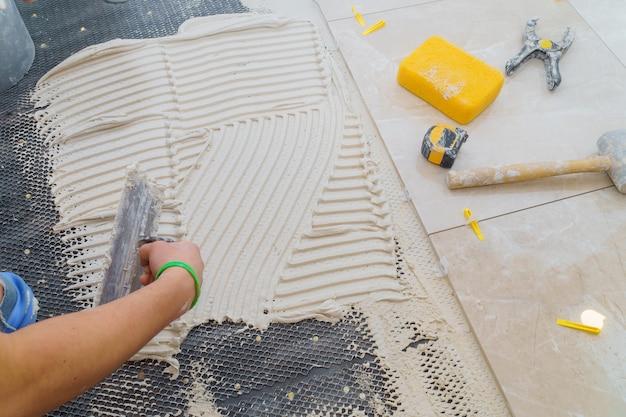 Piastrelle in ceramica e strumenti per piastrellista. installazione di piastrelle per pavimento. miglioramento domestico, rinnovamento