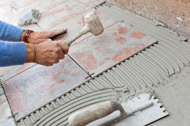 Piastrellista per lavorare con pavimenti in piastrelle