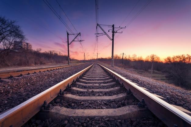Piattaforma del treno al tramonto. ferrovia. stazione ferroviaria