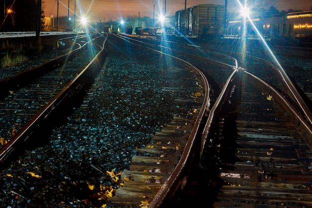 Piattaforma del treno merci di notte. ferrovia in ucraina. stazione ferroviaria.