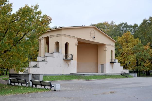 Piattaforma teatrale nel parco autunnale