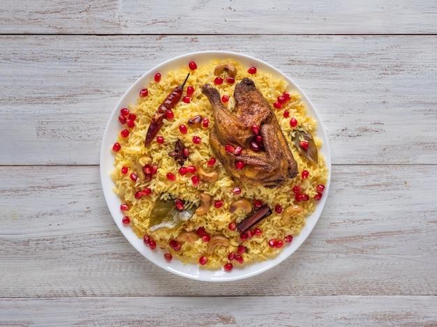 Piatti arabi, ricette eid. stile yemenita. piatto festivo con pollo e riso al forno