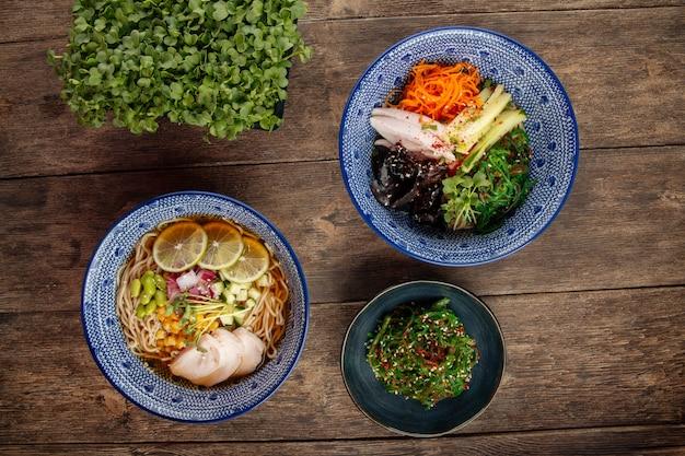 Piatti asiatici giapponesi zuppe fredde estive di ramen