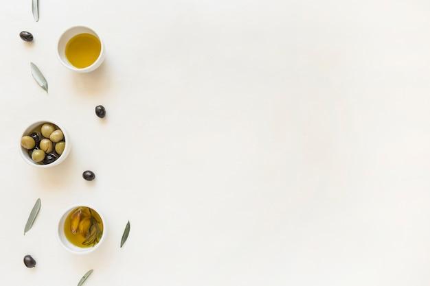 Piatti con olive e olio