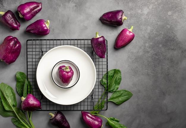 Piatti con paprika fresca colorata.