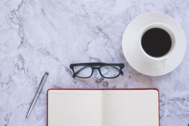 Piatti creativi e designer con tazza di caffè e strumenti per ufficio