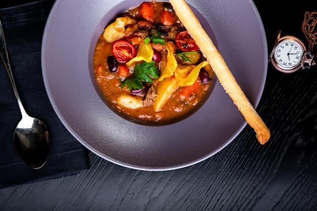 Piatti del ristorante. cibo bello e gustoso su un piatto. bellissimo cibo da portata