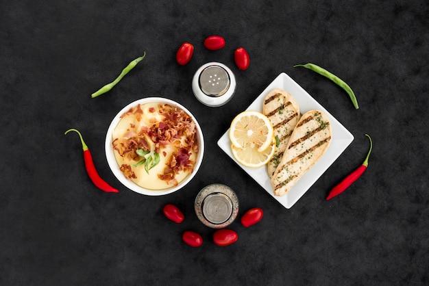 Piatti deliziosi con verdure e spezie