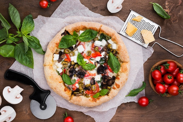 Piatti deliziosi pizza e verdure