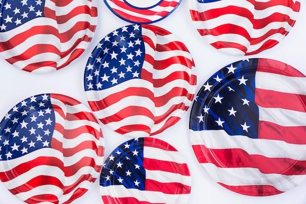Piatti della bandiera americana su superficie bianca