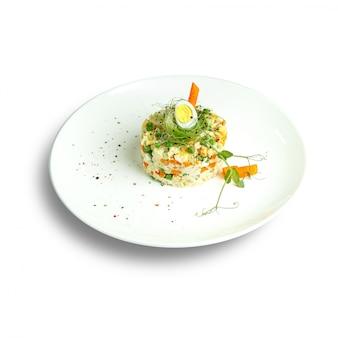 Piatti della cucina tradizionale russa. servizio al ristorante. superficie bianca.