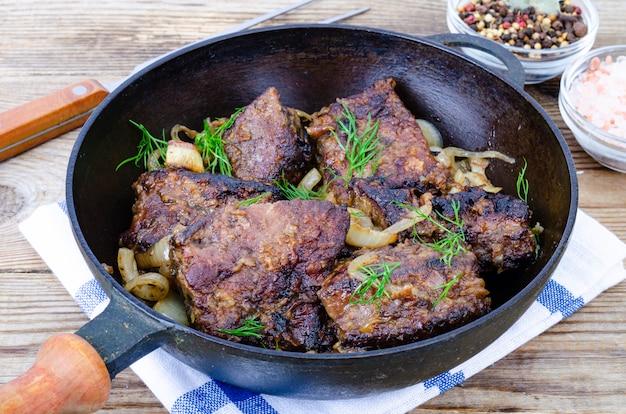 Piatti di carne di fegato. manzo fritto, fegato di vitello in padella. foto di studio