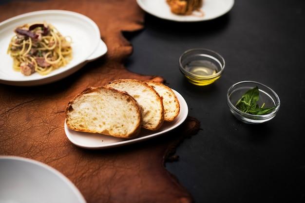 Piatti di cibo italiano misto sul tavolo