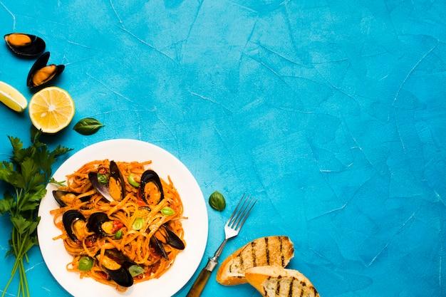 Piatti di pesce piatto con copyspace