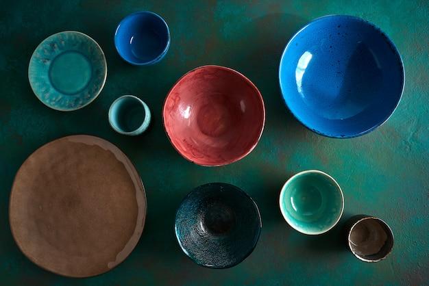 Piatti di piatti di stoviglie in ceramica su sgangherato