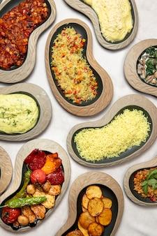 Piatti di pilaf purè di patate e verdure grigliate