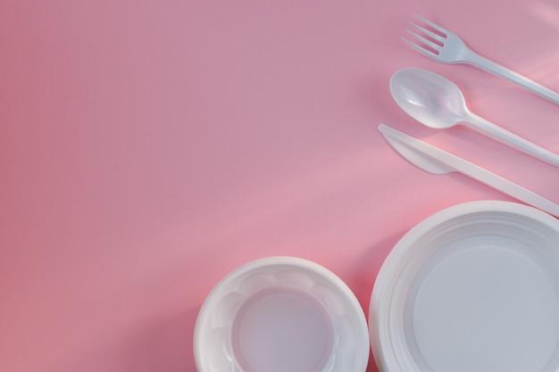 Piatti di plastica bianchi a destra e in basso