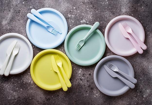 Piatti di plastica colorati per picnic estivi