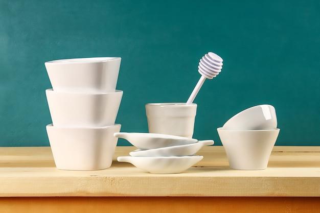 Piatti di vetro, tazze e ciotole in una cucina