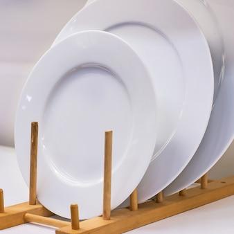 Piatti in ceramica bianca accatastati insieme.