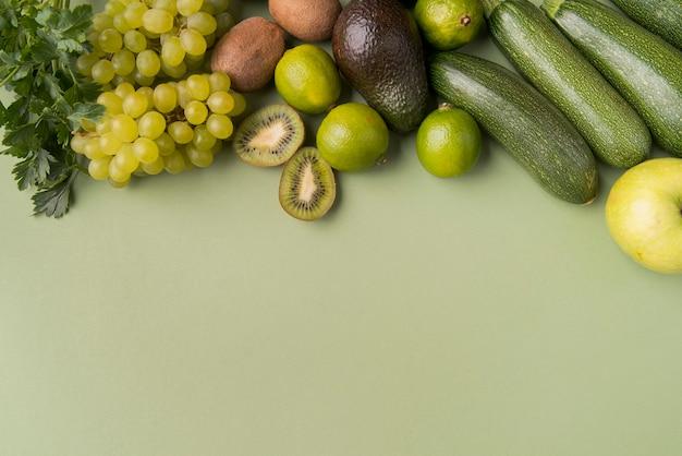 Piatti laici frutta e verdura con copia-spazio