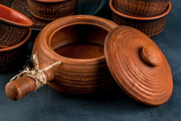 Piatti rustici di argilla su un tavolo di pietra