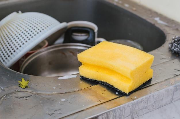 Piatti sporchi nel lavandino