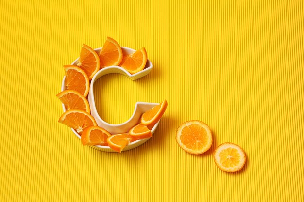 Piatto a forma di lettera c con fette d'arancia