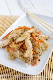 Piatto asiatico di chapood delle tagliatelle di vetro con il pollo e la verdura