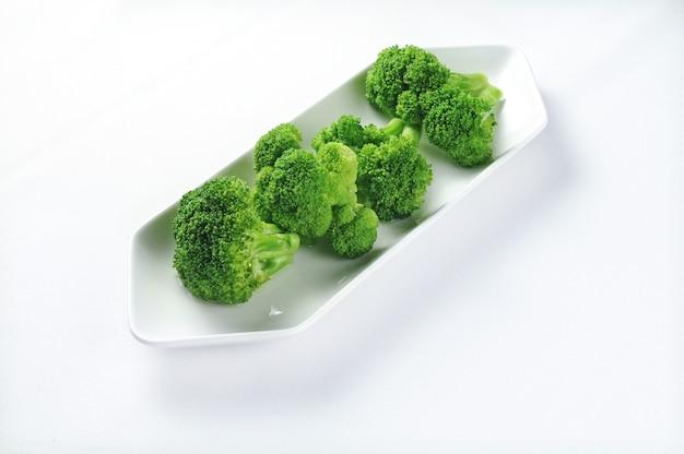 Piatto bianco con broccoli freschi - perfetto per l'uso di una ricetta o di un menu