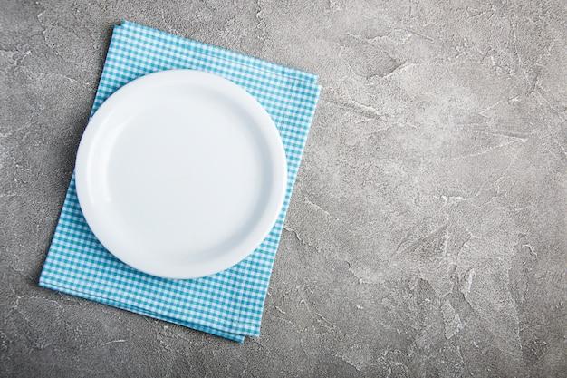Piatto bianco vuoto con nupkin